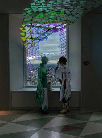 2 Cosplayerinnen vor einem großen Fenster