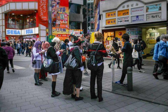 Junge mit Eule vor einem Eulencafe in Tokio