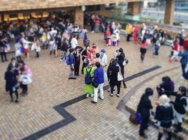 Cosplayer in einem Einkaufszentrum in Tokio