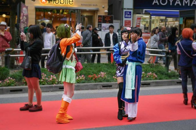 Cosplayer beim fotografieren in Tokio