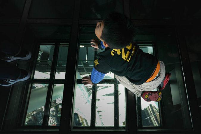 Kind auf Glasfläche im Skytree