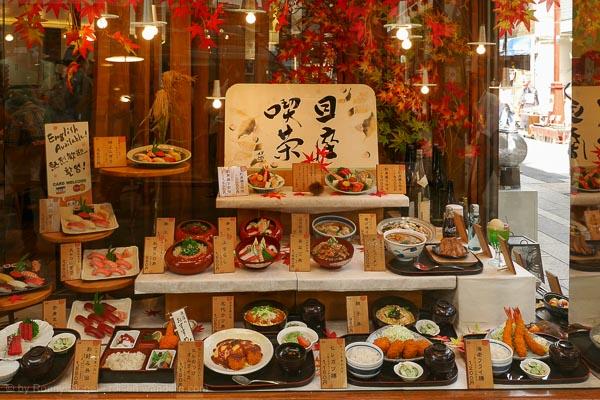 Modelle von Speisen in einem Schaufenster in Tokio