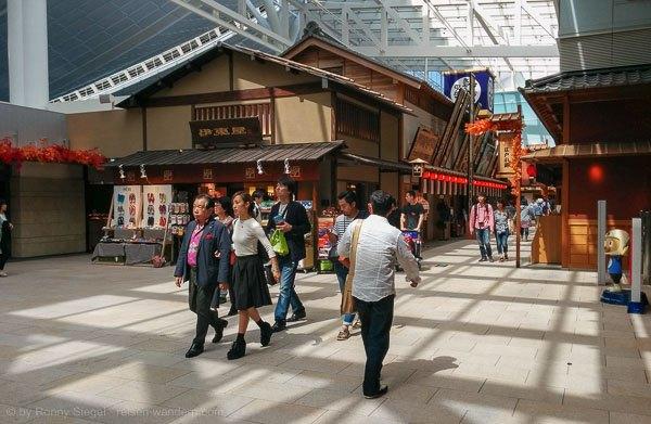 Kulisse des alten Edo im Flughafen Haneda in Tokio