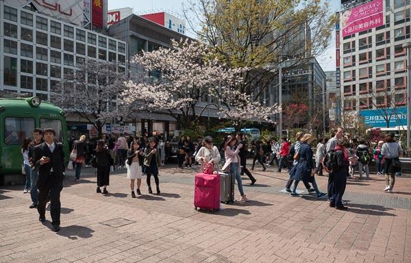 2 Frauen mit Koffern auf dem Hachiko Platz in Shibuya