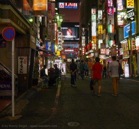 Vergnügungsviertel Kabukicho in Shinjuku in Tokio am Abend