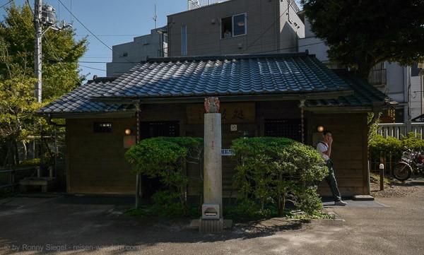 Öffentliche Toilette bei einem Tempel in Tokio