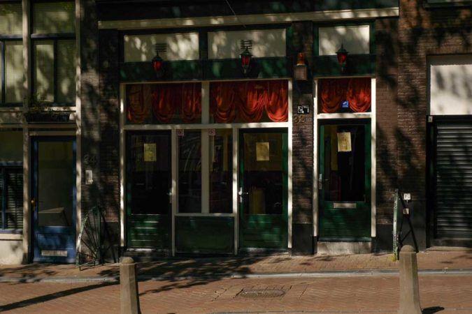 Schilder mit Mietpreisen an Bordellen in Amsterdam