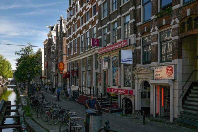 Straße am Kanal im Rotlichtviertel von Amsterdam