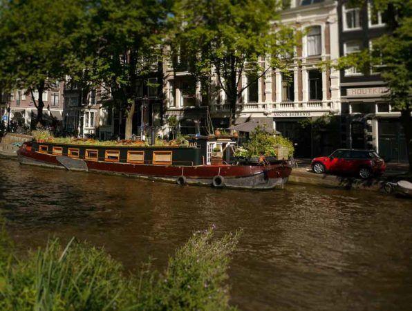 Boot mir Pflanzengarten in Amsterdam