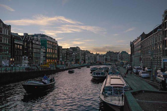 Kanal am Abend in Amsterdam
