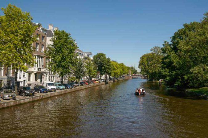 Kanal in Amsterdam mit Motorboot