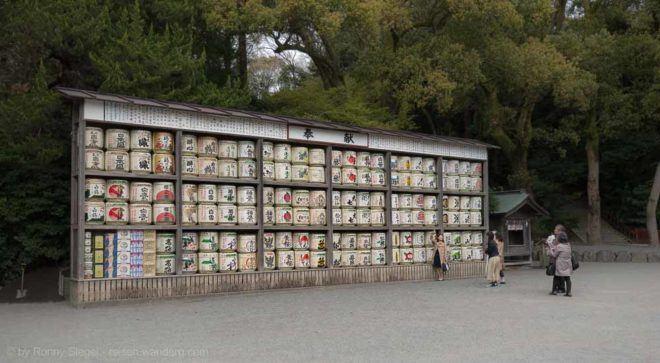 Sakefässer beim Tsurugaoka Hachiman-gū Schrein