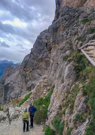 Abstieg mit Hinweisschild zum Falzaregopass