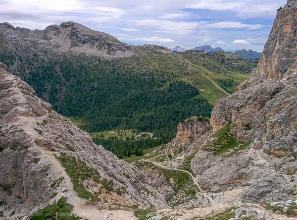 Abstiegsweg mit Ruinen aus dem 1. Weltkrieg vom Klettersteig Via