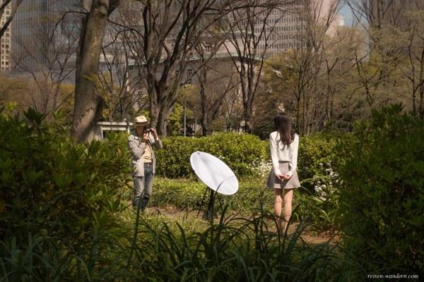 Japanisches Fotomodell im Hibiya Park in Tokio bei Fotosession