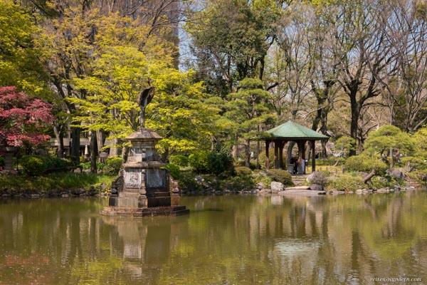 Kumogata Teich im Hibiya Park mit Statue eines Kranich