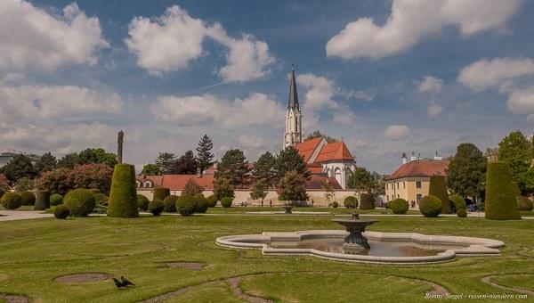 Bild: Parkanlage mit Kirche im Schönbrunner Schlosspark