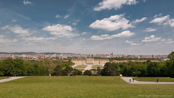Bild: Blick auf das Schloss Schönbrunn von der Gloriette