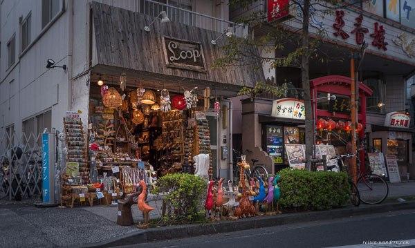 Bild: Straßengeschäft mit bunten Holztieren in Yokohama Chinatown