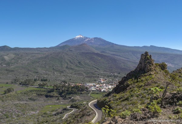 Das Teno Gebirge mit dem Teide im Hintergrund