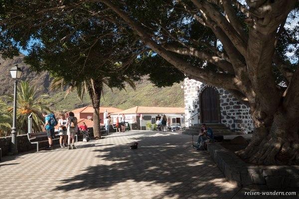 Kirche und Vorplatz im Dorf Masca auf Teneriffa