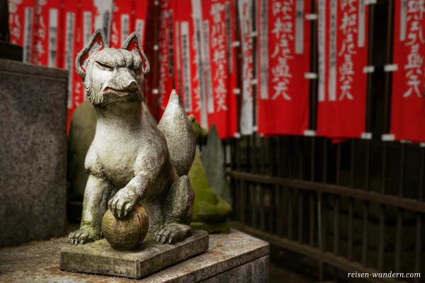 Statue eines Fuchs im Toyokawa Inari Tempel Tokyo Betsuin in Asa