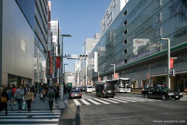 Straße in Ginza mit Hochhäusern