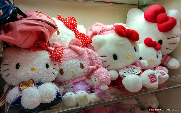 Hello Kitty Figuren in einem Regal