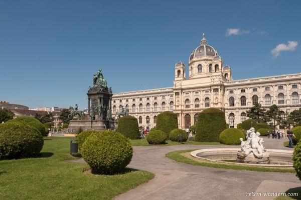 Maria-Theresien-Platz mit Denkmal in Wien