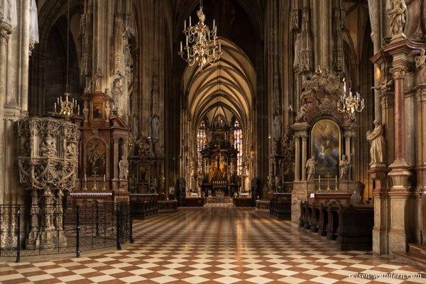 Das Innere des Stephansdom in Wien