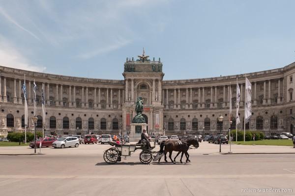 Kutsche vor einem Gebäude der Hofburg in Wien