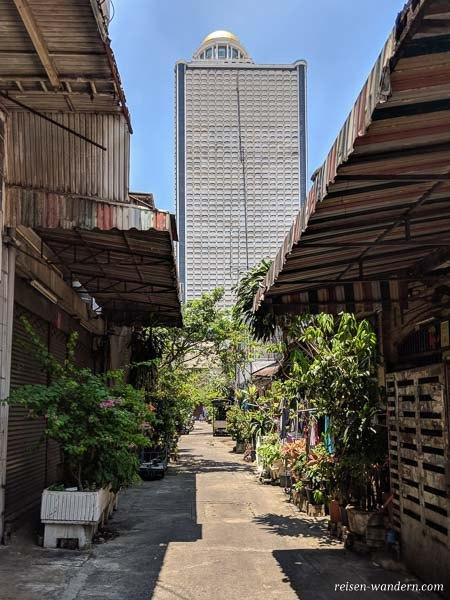 Gasse mit Wolkenkratzer in Bangkok