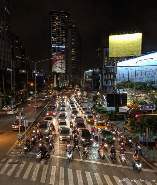Kreuzung am Abend in Asak in Bangkok