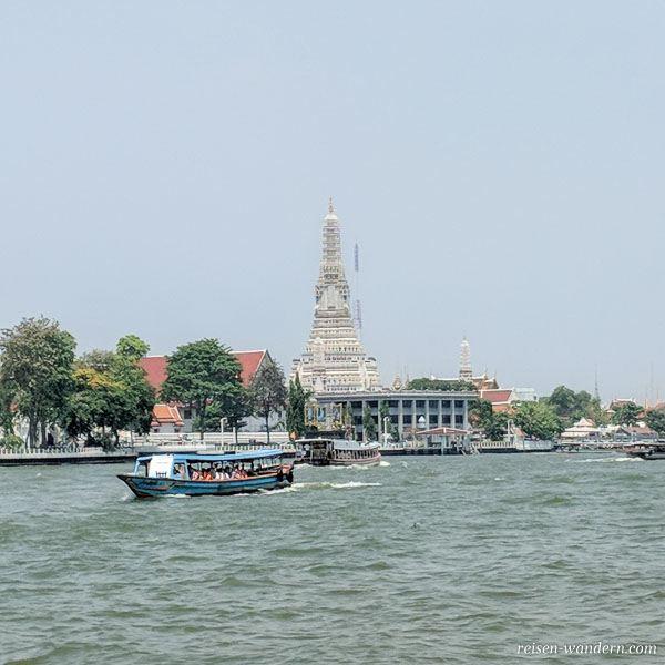 Kleiner Personenfähre in Bangkok