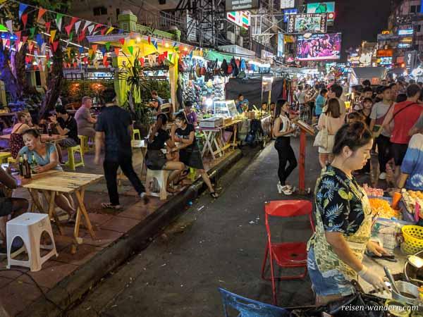 Abendleben auf der Khao San Road in Bangkok