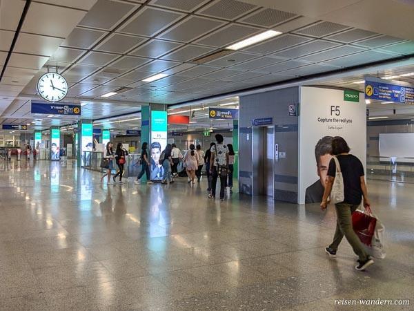 Zugang zu den Bahnsteig in der U-Bahn in Bangkok