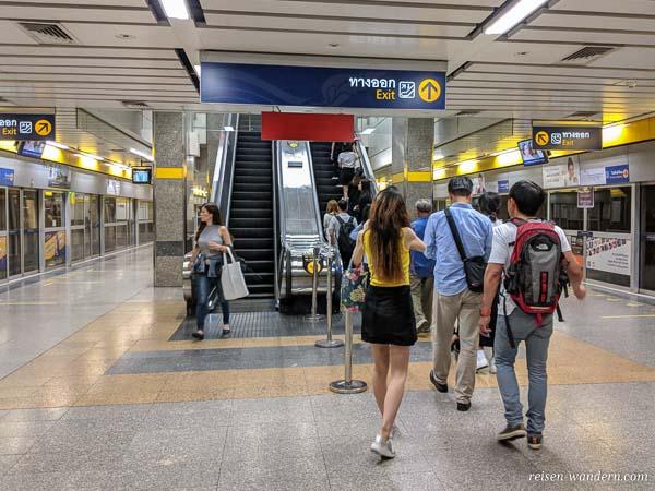 Rolltreppe am Bahnsteig der U-Bahn in Bangkok
