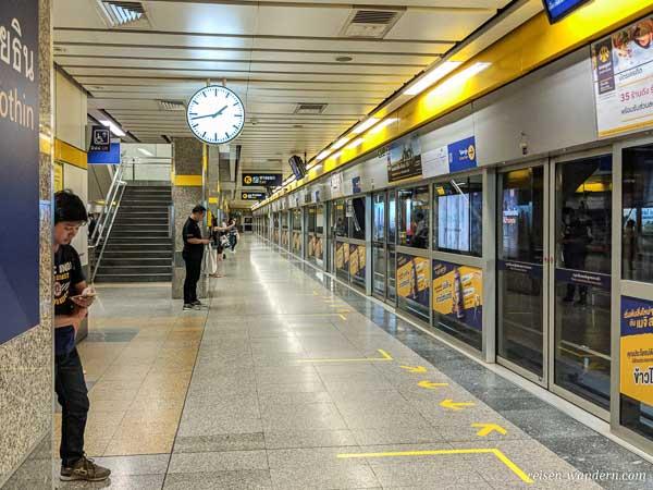 Bahnsteig der U-Bahn in Bangkok mit Sicherheitstüren
