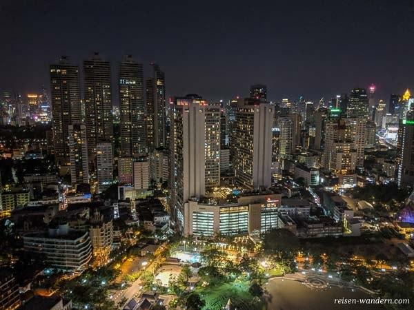 Skyline von Sukhumvit in Bangkok am Abend