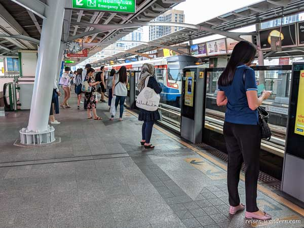 Bahnsteig des Skytrain in Bangkok mit Sicherheitsabsperrung