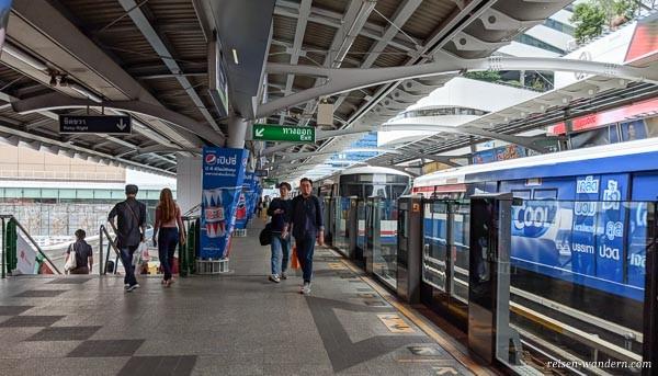 Station mit Exit Schild des Skytrain in Bangkok