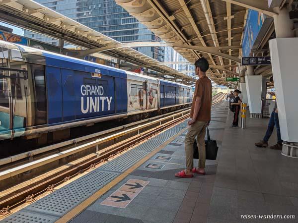 Bahnsteig vom Skytrain in Bangkok
