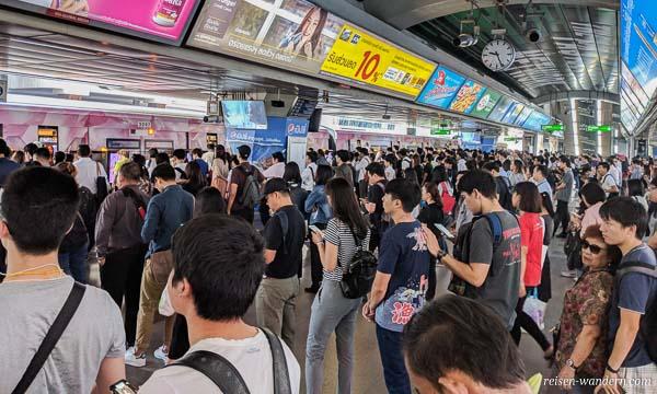 Bahnsteig Siam zur Rush Hour vom Skytrain in Bangkok