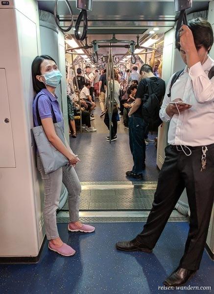 Innenansicht des Skytrain in Bangkok