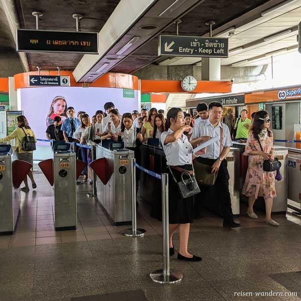 Eingangsbereich des Skytrain in Bangkok