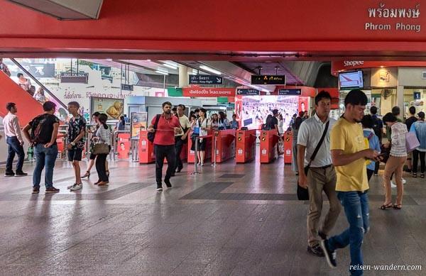 Ein- und Ausgangsbereich des Skytrain in Bangkok