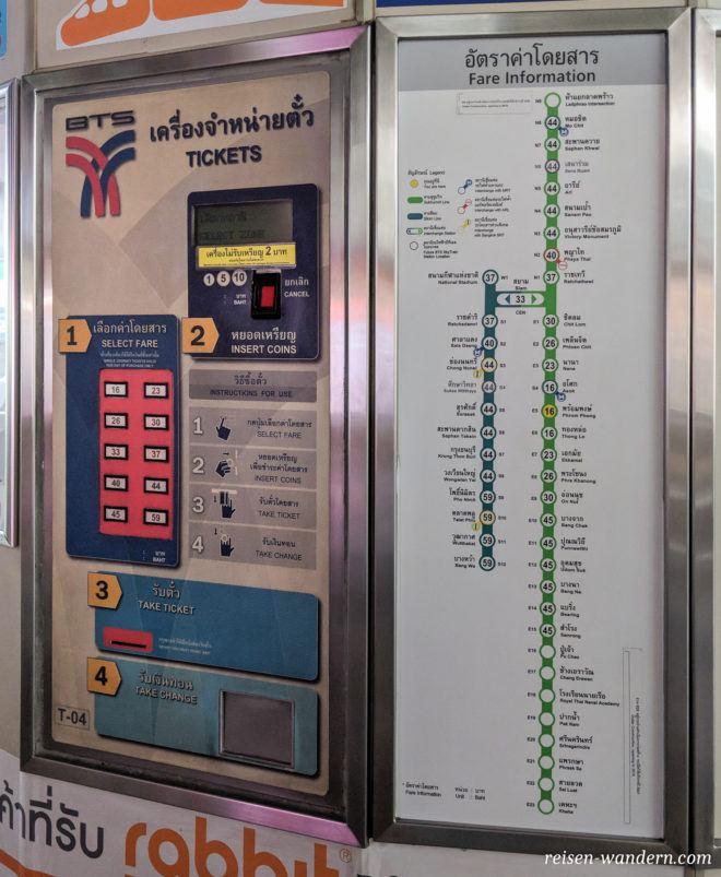 Fahrkartenautomat und Preisübersicht vom Skytrain in Bangkok