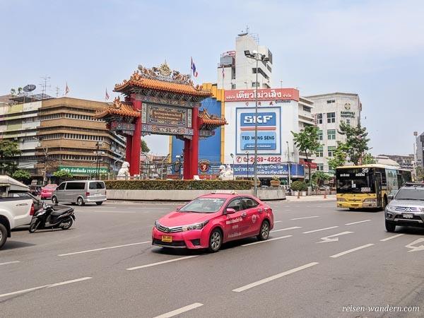 Taxi vor dem Chinesischen Tor in Bangkok
