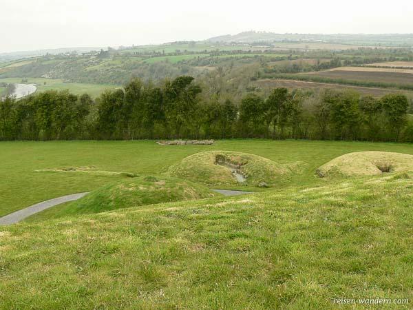 Blick auf Hügelgräber von Knowth