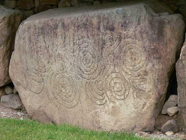 Runenstein am Hügelgrab von Knowth